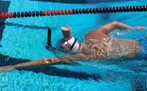 Vận động viên Olympic giữ thăng bằng cốc sữa trên đầu khi bơi