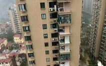 'Chung cư cao cấp' ở Trung Quốc bị bão xé toạc như nhà bằng giấy