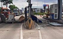 Cửa thùng xe container mở toang, 'quét sụm' cabin trạm thu phí ở xa lộ Hà Nội