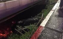 Xe sang mất lái tông gãy lan can, văng khỏi cầu Sài Gòn giữa đêm khuya