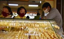 Giá vàng vọt lên 62 triệu đồng/lượng, dân xếp hàng để bán