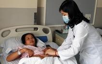 Bóc tách khối u to như thai nhi 30 tuần cho bệnh nhân nữ