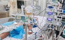 Truyền hơn 2 lít máu cứu bé trai tái sốc sốt xuất huyết, nhiều biến chứng nặng