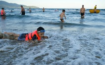 Biển Đà Nẵng đông đúc trở lại sau nhiều ngày vắng bóng người