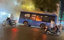 Ngửi mùi khét, tài xế ngừng cho hành khách xuống, 10 phút sau xe buýt bốc cháy