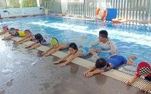 Dạy con sinh tồn dưới nước trước khi dạy bơi