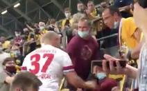 Bị lăng mạ, cầu thủ Đức lao lên khán đài ẩu đả với CĐV đối thủ