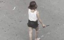 Người phụ nữ nghi 'ngáo đá' cầm dao đứng giữa ngã tư tự đâm mình