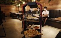 Để khách thấy an tâm mùa dịch, nhà hàng thuê robot phục vụ