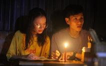 Mất điện do ảnh hưởng bão, hàng quán ở Huế lôi đèn cầy, đèn dầu ra thắp sáng