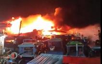 Cháy rụi 3 chiếc tàu neo ở cảng cá Đá Bạc - Cam Ranh
