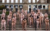 220 người khỏa thân, đeo khẩu trang 'má kề má, môi kề môi' vì nghệ thuật