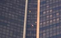 Sau 5 năm, lại một người trèo cheo leo lên tòa nhà 210m cao nhất Paris