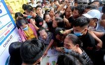 Hàng ngàn người chen lấn kiệt sức, xô đẩy mua vé xem trận chung kết Cúp quốc gia
