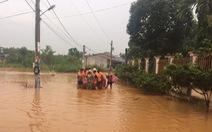 Lũ đột ngột đổ về thành phố Đồng Xoài, có nơi cao 1,5m, sơ tán dân khẩn cấp
