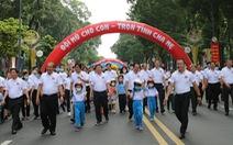 Phó thủ tướng Trương Hòa Bình đi bộ vận động 'đội mũ bảo hiểm cho trẻ em'
