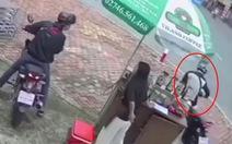 Video: 3 đối tượng dàn cảnh cướp xe máy ở Bình Dương