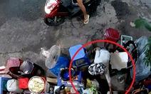 Bà cụ bị người mua nước lấy trộm túi tiền: 'Không ngờ người lớn dạy trẻ con ăn cắp'