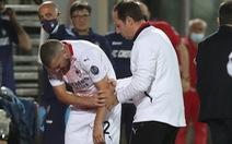 Khoảnh khắc té ngã làm trật khớp tay của sao AC Milan