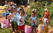 Trẻ em nghèo vui nhận bánh trung thu do sinh viên làm