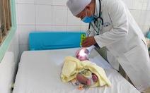 Mổ cứu bé sơ sinh bị thoát vị não chẩm hiếm gặp, không thể nằm ngửa