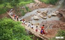 Thầy cô và người dân làm cầu tre tạm để trẻ đi khai giảng ở rốn lũ Nậm Nhừ