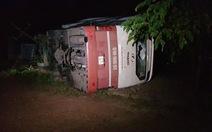 Lật xe giường nằm trên quốc lộ 14, nhiều hành khách may mắn thoát chết