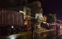 Xe container chạy trong đêm mưa tông vào 4 nhà dân và xe bán tải