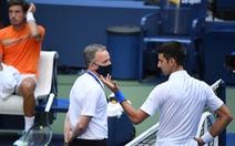 Đánh bóng trúng nữ trọng tài, Djokovic nói: 'Bả đâu có đi viện đâu'