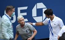 Những hình ảnh của 'vụ tai nạn': Djokovic đánh bóng trúng người nữ trọng tài