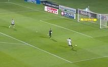Video: Đồng đội làm hết phần khó dể 'dọn cỗ', cầu thủ lại sút ra ngoài trước khung thành trống