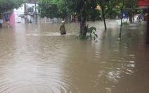 Dân bì bõm dắt xe, nhiều trường học ở Thái Nguyên cho học sinh nghỉ học sau cơn mưa lớn