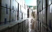 Ngôi nhà ở TP.HCM chứa hàng ngàn thùng găng tay y tế giả nhãn hiệu