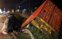 Xe container tông nát thành cầu rơi xuống suối, kẹt xe kéo dài