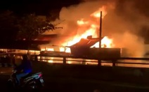 Một xưởng gỗ ở quận 12 đang cháy dữ dội