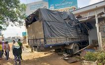 Xe tải tông sập nhà dân dưới chân cầu vượt