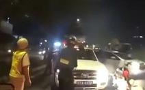 Lái ôtô chở thuốc lá lậu còn 'điên cuồng' húc liên tục xe cảnh sát để bỏ trốn