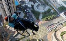Leo 250m dọc tòa nhà chọc trời trên xe lăn