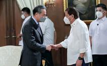Tới Philippines, ngoại trưởng Trung Quốc giở chiêu bài 'gác tranh chấp, cùng khai thác'