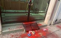 Một nhà dân liên tục bị nhóm người lạ 'khủng bố' bằng sơn đỏ, hột vịt thối