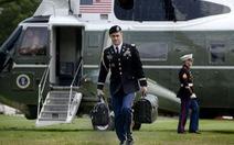 Ông Trump bay về Florida, cặp hạt nhân chuyển giao ra sao?
