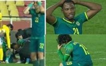 Pha vào bóng rợn người khiến cầu thủ gãy gập chân, đối phương cũng phải khóc nức nở