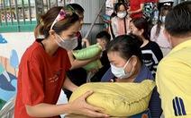 Nghệ sĩ Kim Xuân, hoa hậu H'Hen Niê mang tết sớm cho trẻ bị ảnh hưởng bởi HIV/AIDS