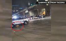 Cảnh sát Mỹ lao luôn xe vào đám đông chặn đường đe dọa mình