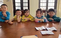 5 học sinh tiểu học nhặt được tiền, đến trụ sở công an nhờ tìm người đánh rơi trả lại
