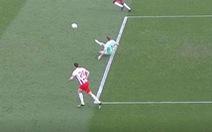 Trượt chân tai hại khi phát bóng, thủ môn khiến đội nhà lãnh bàn thua lãng xẹt