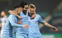 Man City lên đầu bảng Premier League