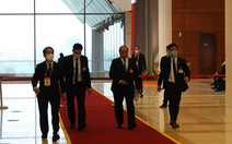 Thủ tướng họp khẩn về COVID-19 ngay tại phòng họp ở Đại hội Đảng XIII