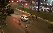 Người đi xe đạp 'vô tư' chạy vào làn ôtô, vượt đèn đỏ trên đường Phạm Văn Đồng