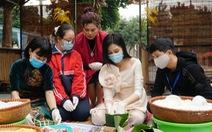 Hoa hậu Đỗ Thị Hà, Lương Thùy Linh gói bánh chưng tặng trẻ em vùng lũ